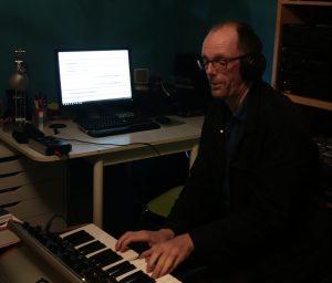 Frank aan het werk in zijn thuisstudio (eigen foto)
